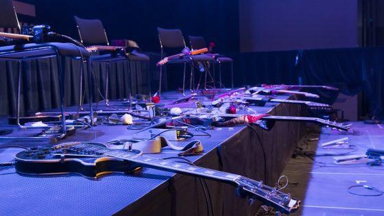 Kuvassa sähkökitaroita lavan reunalla.