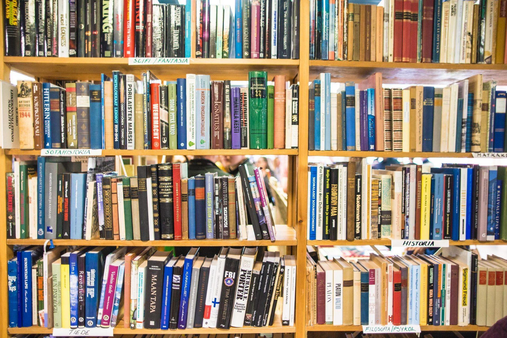 Kuva kirjahyllystä