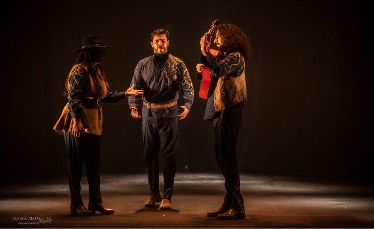 Ángel Rojas ja kaksi muuta esiintyjää promokuvassa.